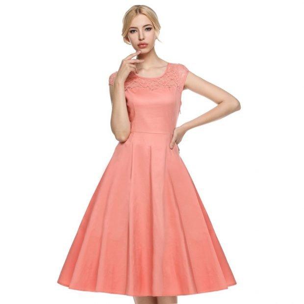 с чем носить коралловое платье: миди с расклешенной юбкой
