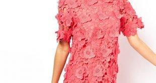 короткое коралловое платье с объемными цветами