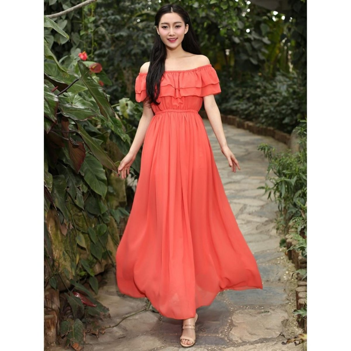 коралловое платье с открытыми плечами с чем носить
