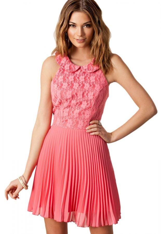 с чем носить коралловое платье: плиссированное