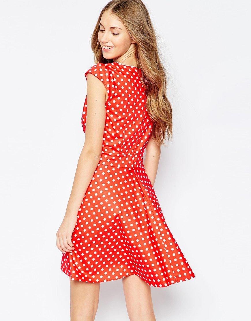 короткое коралловое платье в горошек с чем носить