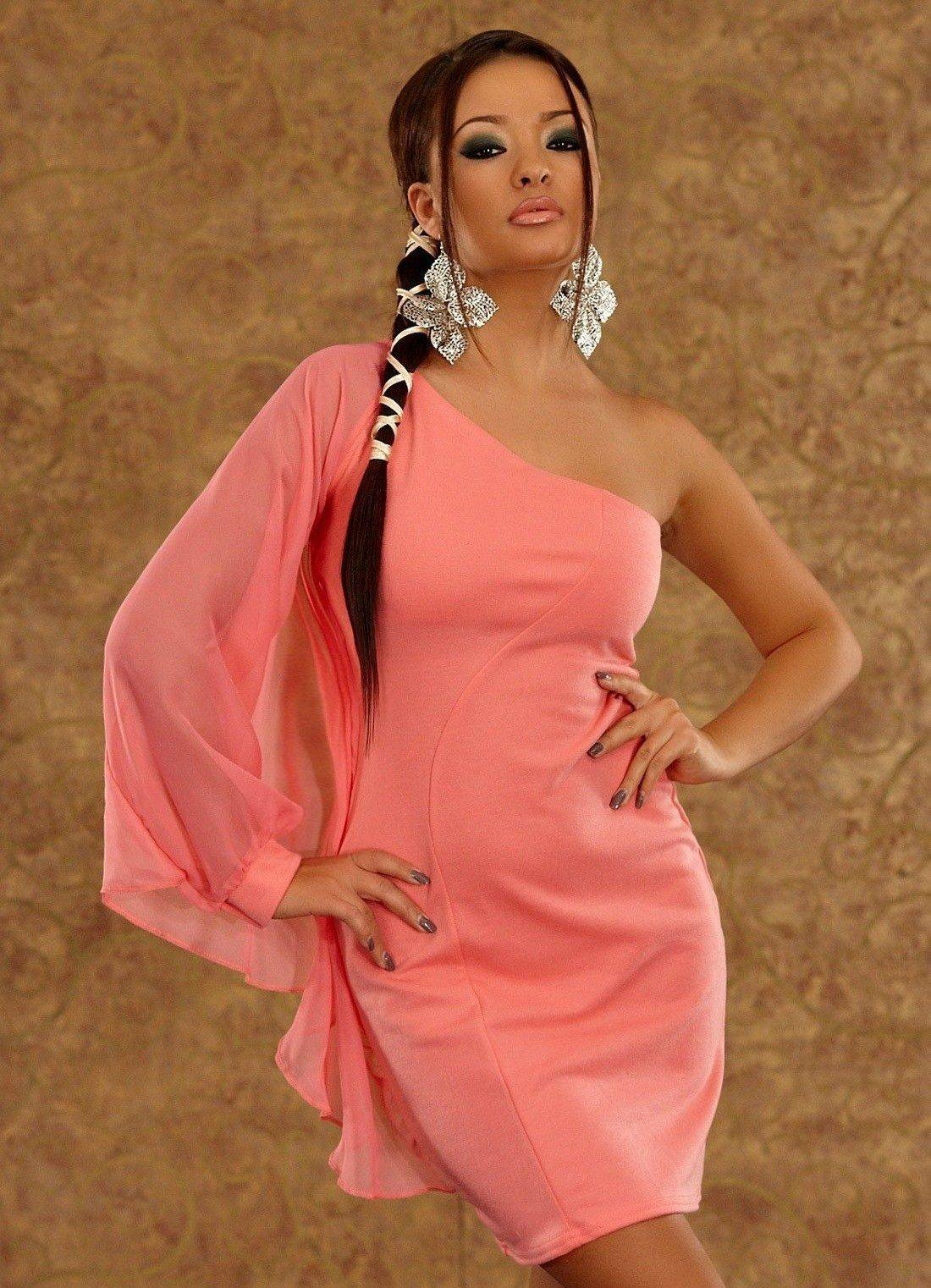 короткое коралловое платье с открытым плечом с чем носить