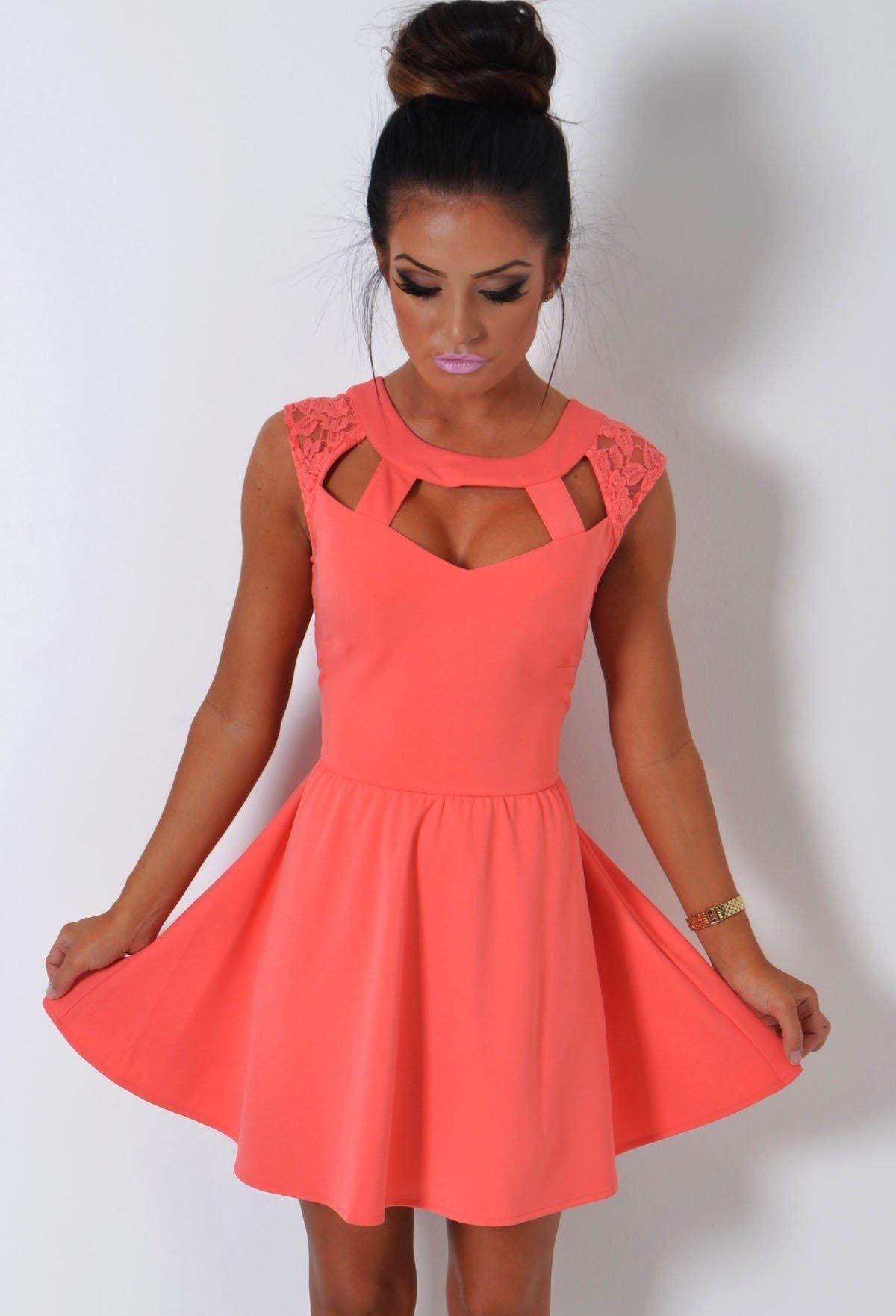 с чем носить короткое коралловое платье расклешенное