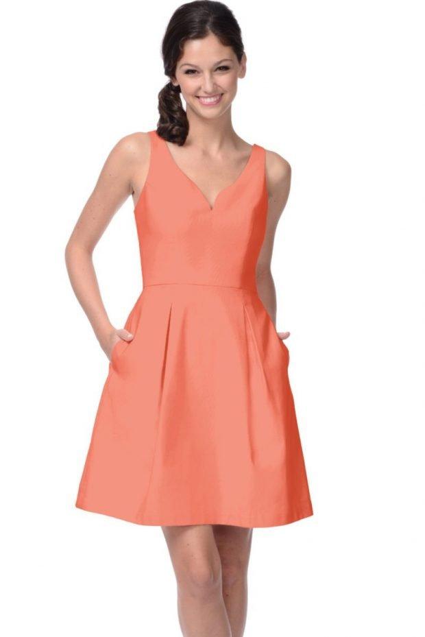 с чем носить коралловое платье: без рукавов