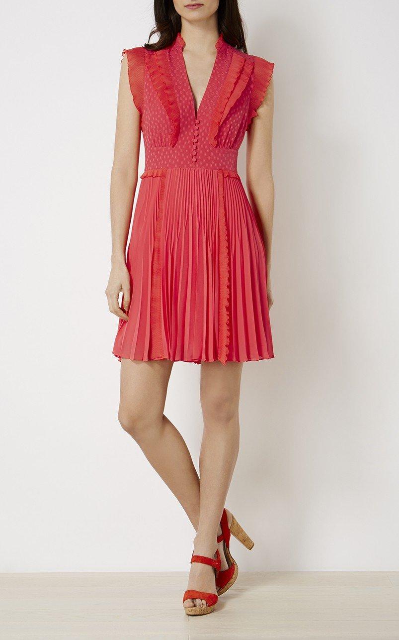 плиссированное коралловое платье и босоножки на корковой подошве с чем носить
