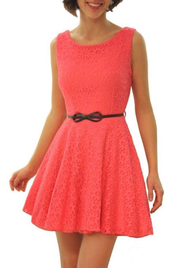 короткое коралловое платье с черным поясом