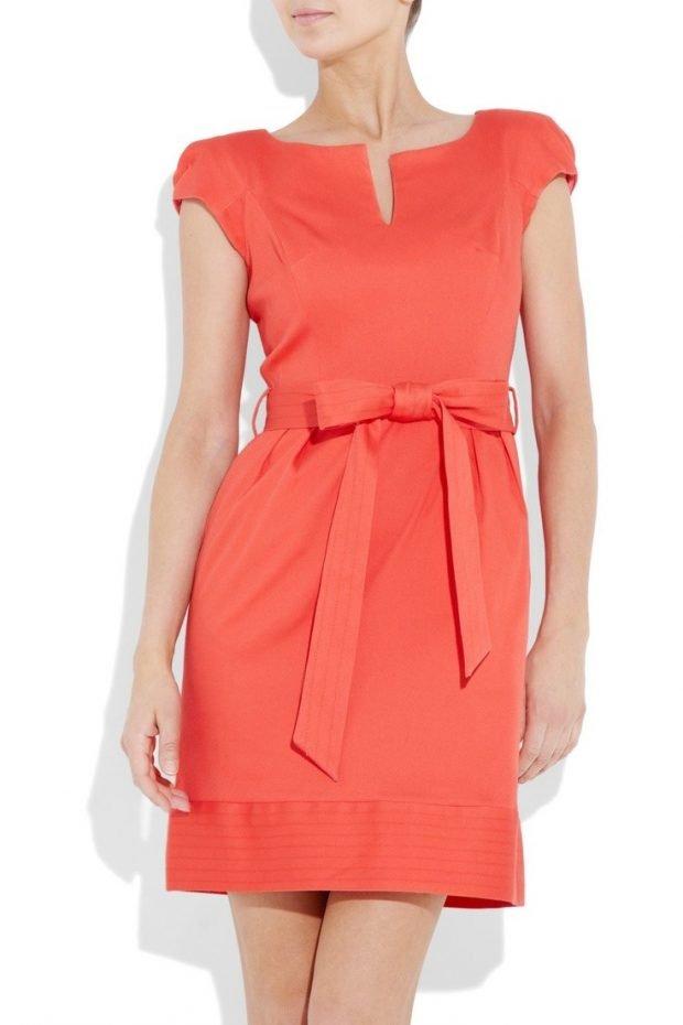 коралловое платье с поясом