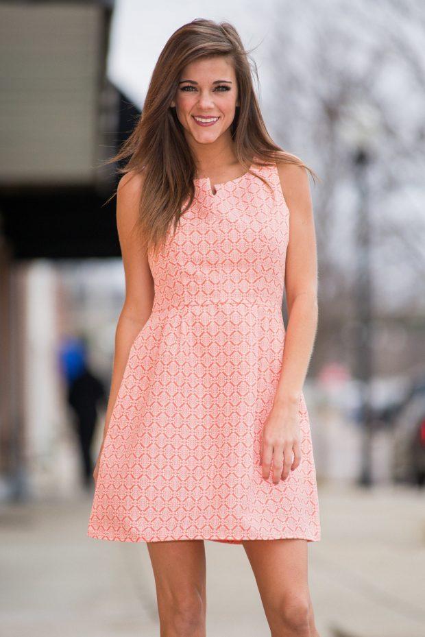 летнее коралловое платье без рукавов