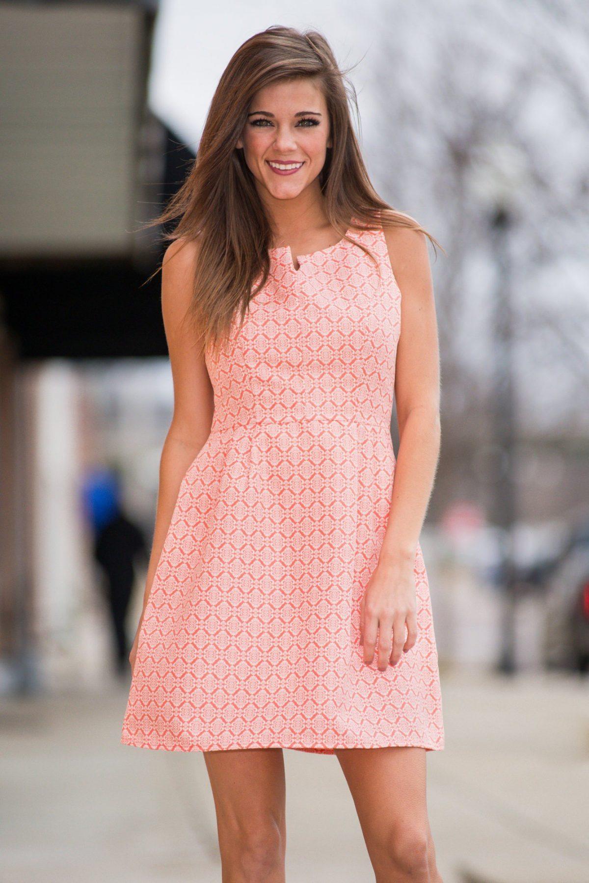 летнее коралловое платье без рукавов с чем носить