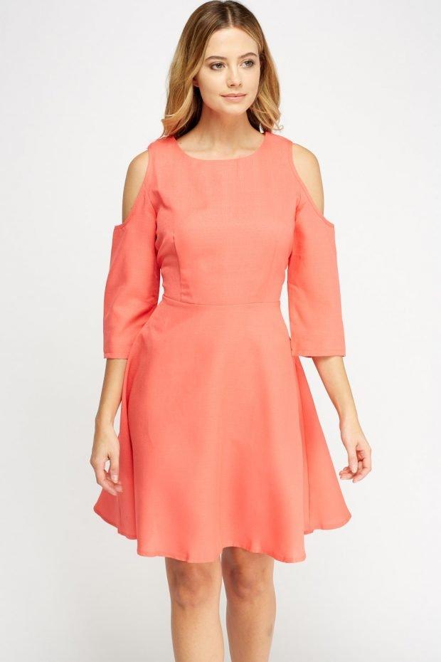 коралловое платье с вырезами на плечах