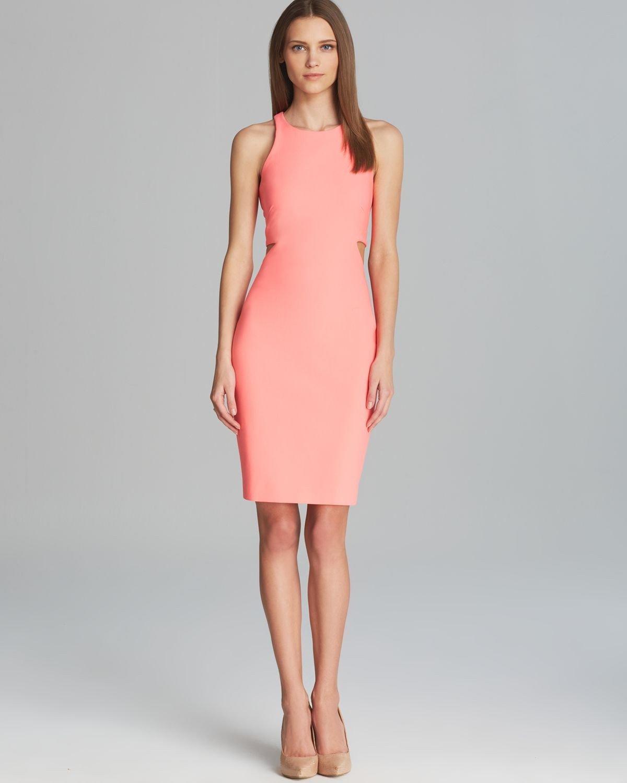 коралловое платье футляр с чем носить