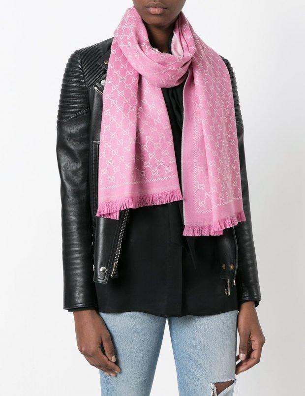 модные шарфы 2021: розовый тканевый