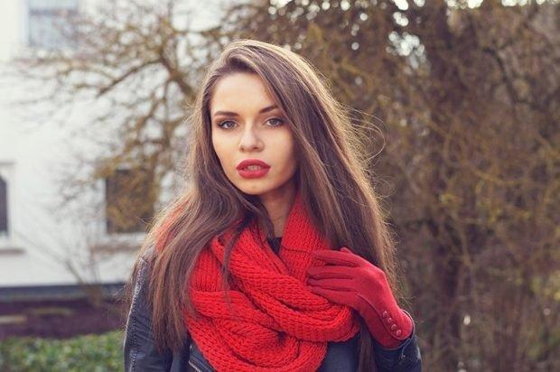 модные шарфы 2019 2020: красный хомут
