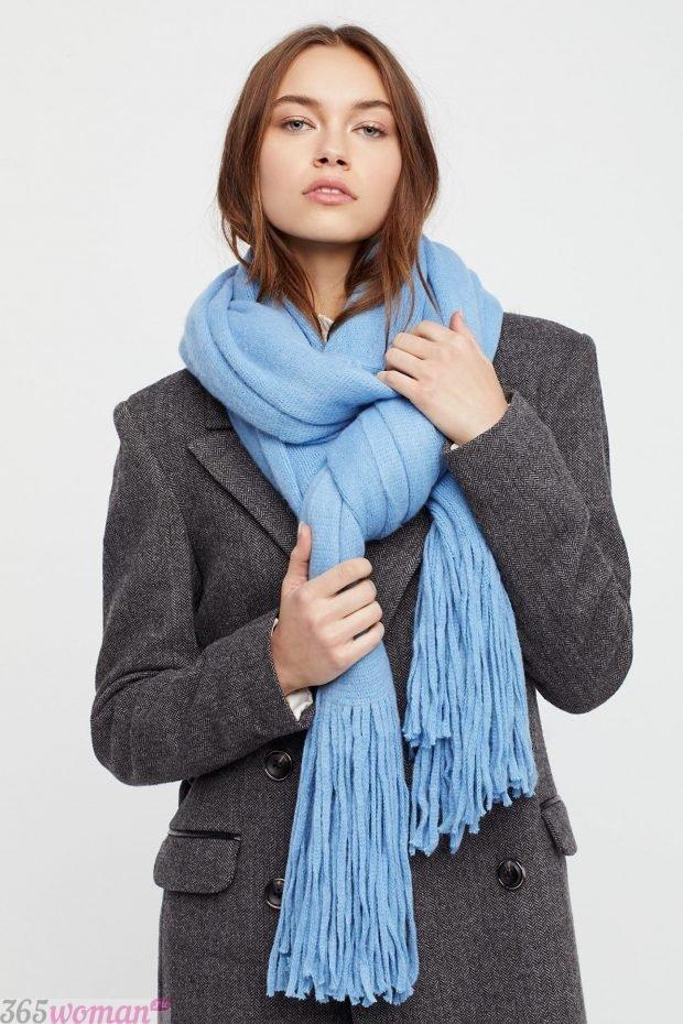 шарфы зима 2019 2020: голубой вязаный с бахромой