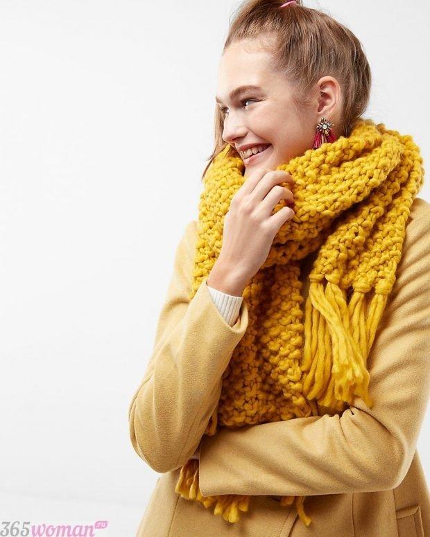 модный шарф 2019 2020: желтый вязаный