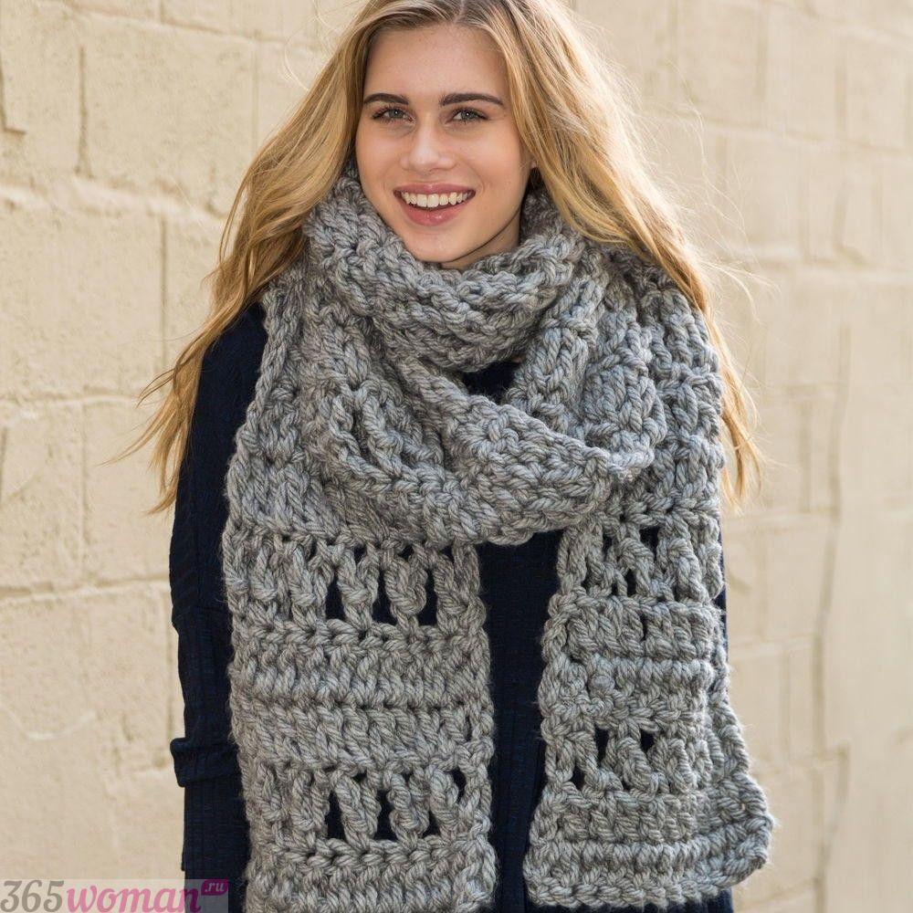 серый объемный шарф ажурной вязки