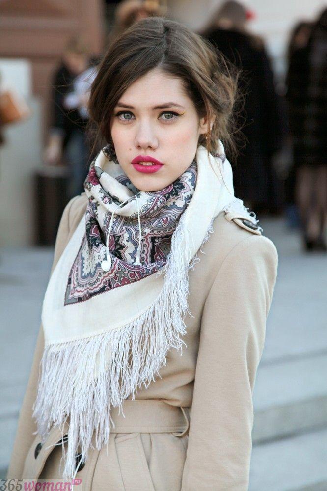 светлый шарф с бахромой и рисунком