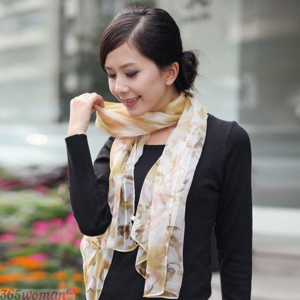 модный шарф 2019 2020: светлый шелковый