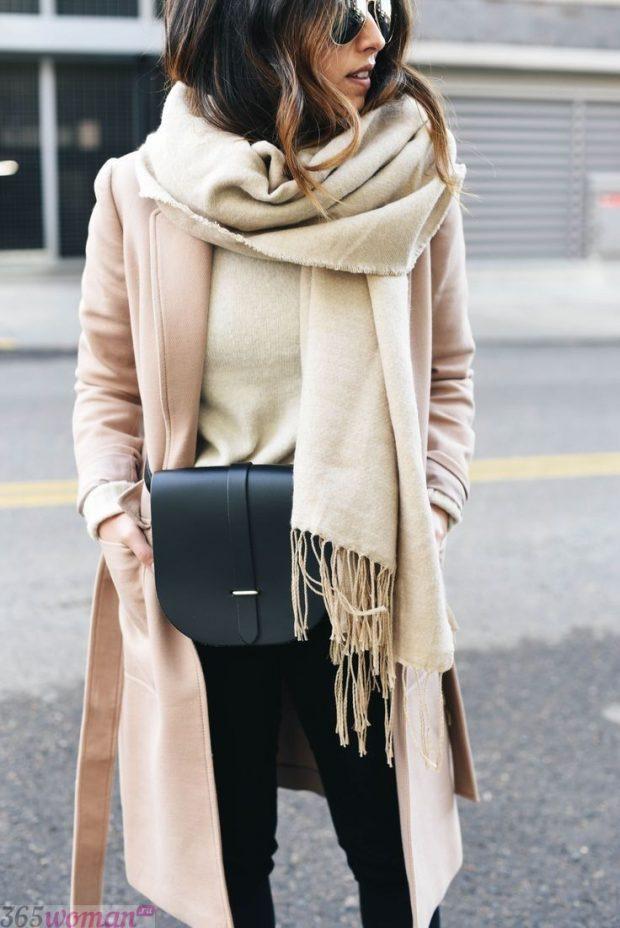 модный шарф 2019 2020: светлый оверсайз с бахромой
