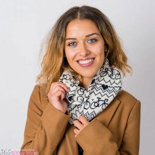 модные шарфы 2019 2020: светлый хомут с черным принтом