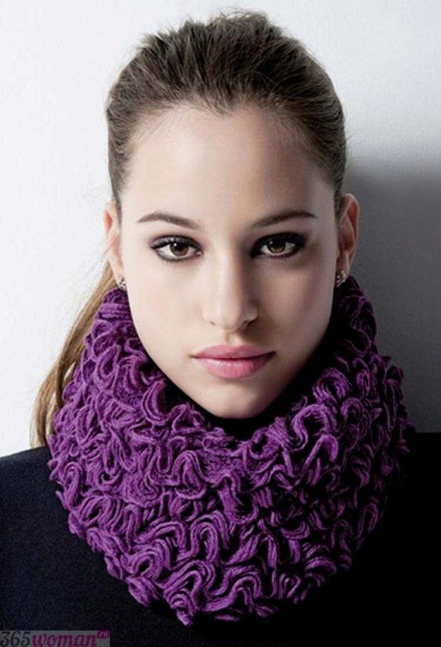 модные шарфы 2019 2020: фиолетовый объемный хомут