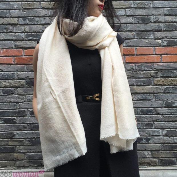 модные шарфы 2019 2020: палантин молочного цвета