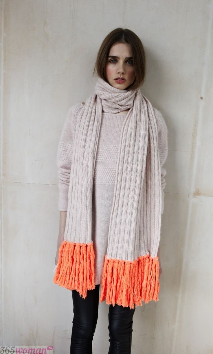 белый шарф с оранжевой бахромой