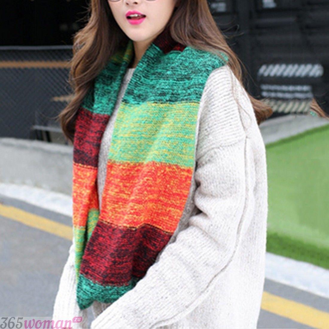 вязаный шарф с разноцветными полосками
