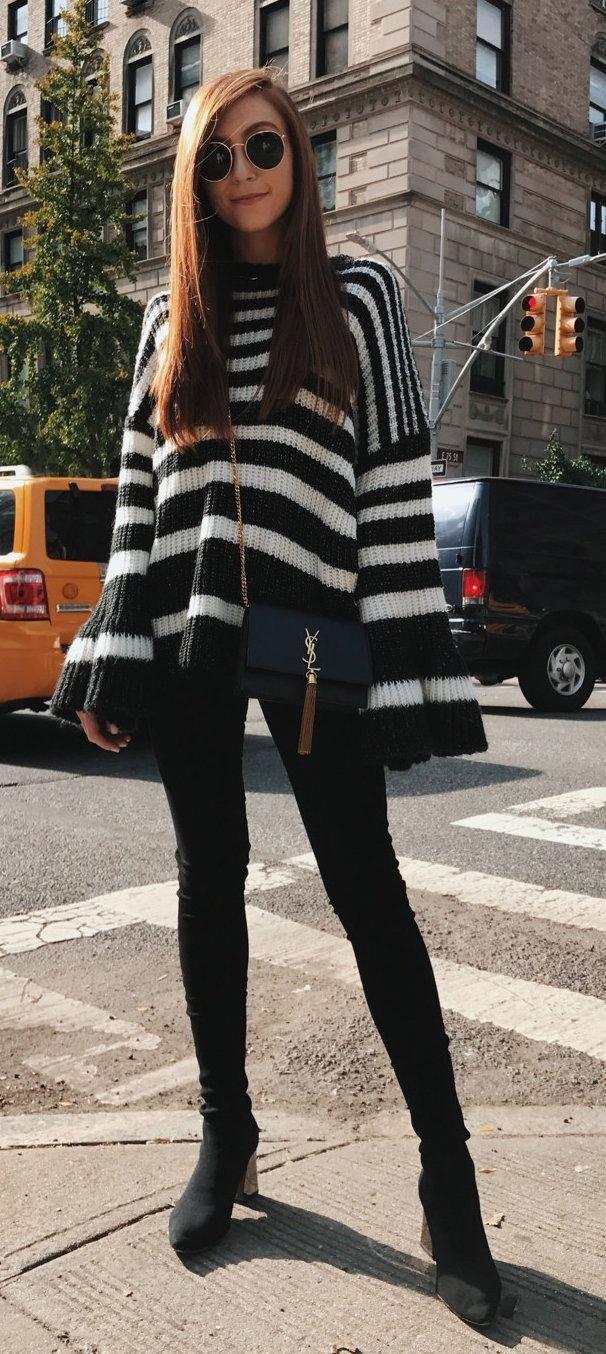объемный свитер в полоску