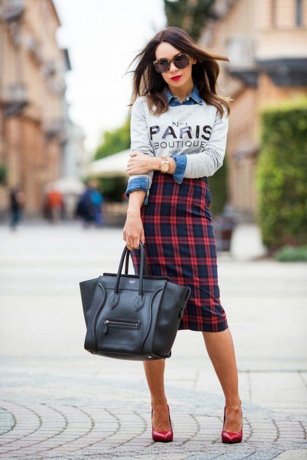 модные принты осени и зимы 2020 2021: юбка в клетку и кофта с надписью
