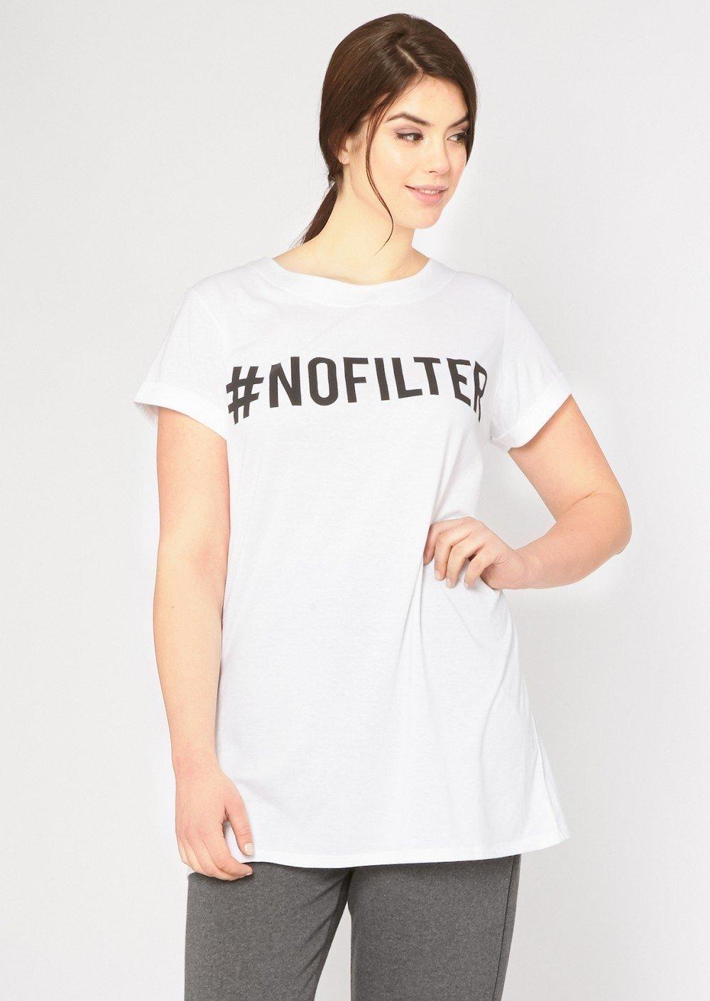 белая футболка с принтом в виде слов