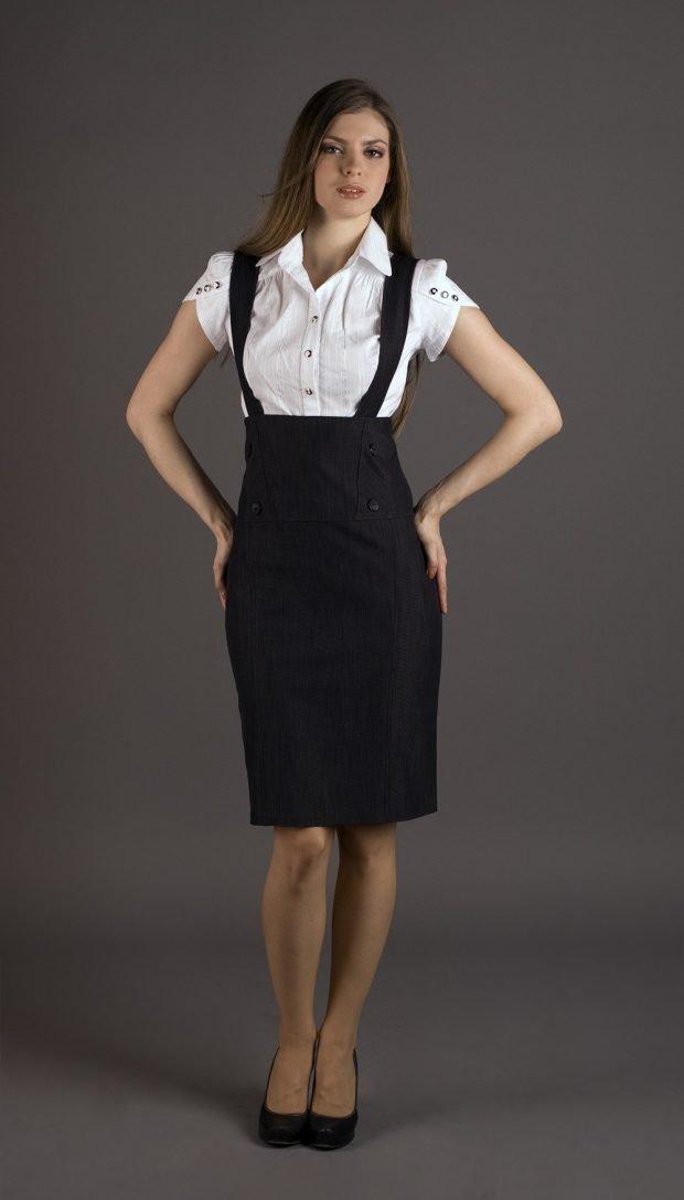черное платье-сарафан и белая блуза