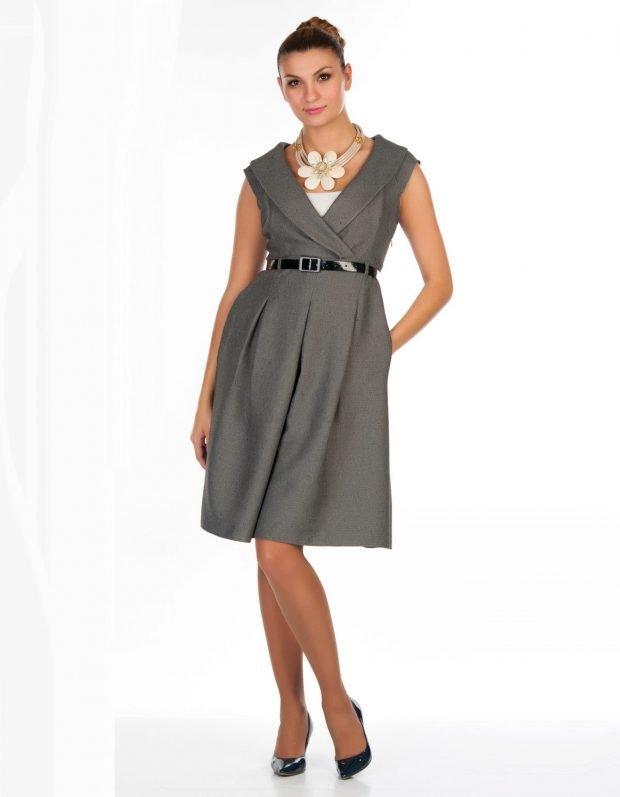 серое расклешенное платье-сарафан офисное