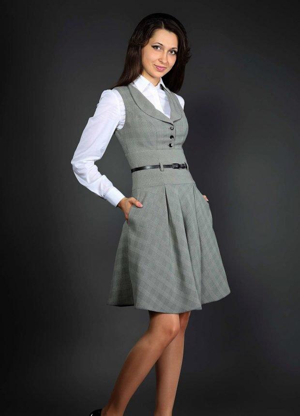 серое платье-сарафан и белая рубашка