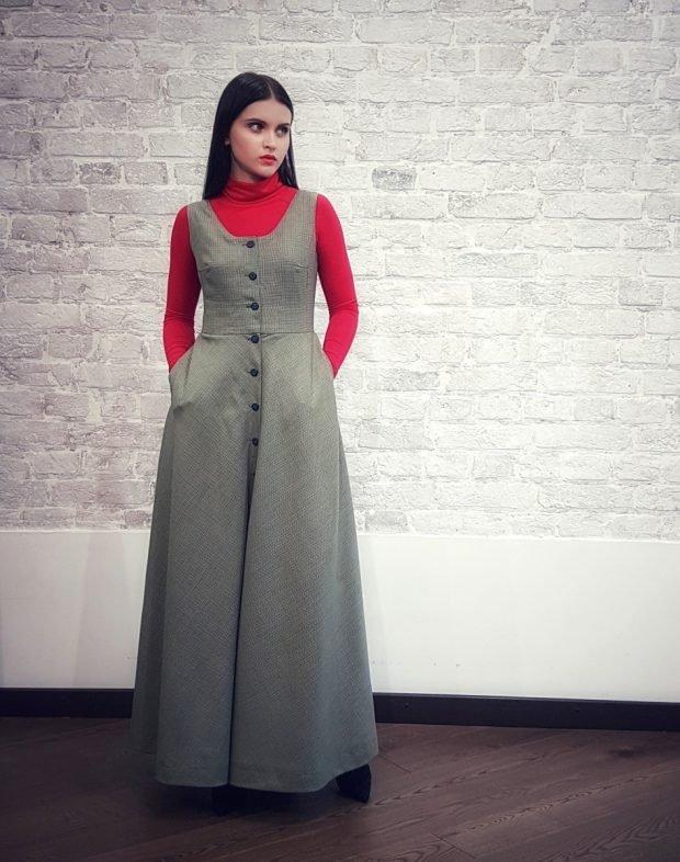 серое длинное платье-сарафан офисное