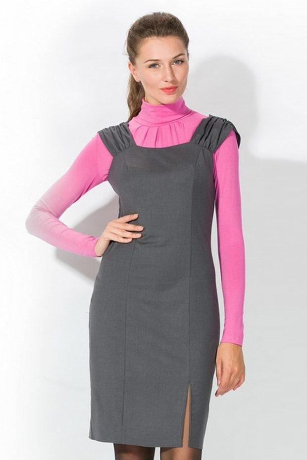 серое платье-сарафан и розовый гольф