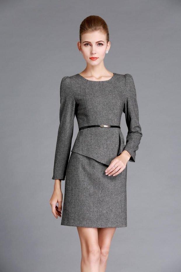 серое офисное платье с длинным рукавом и поясом 2018 2019