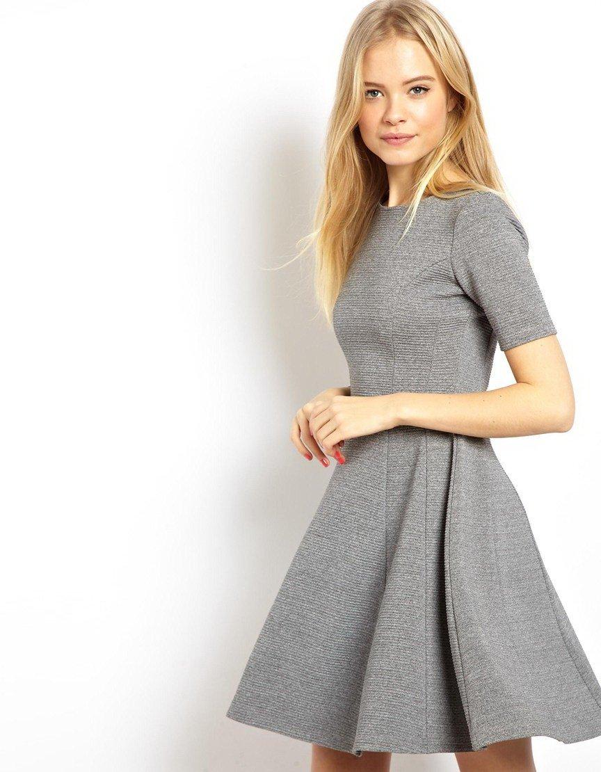серое офисное платье 2018 с расклешенной юбкой