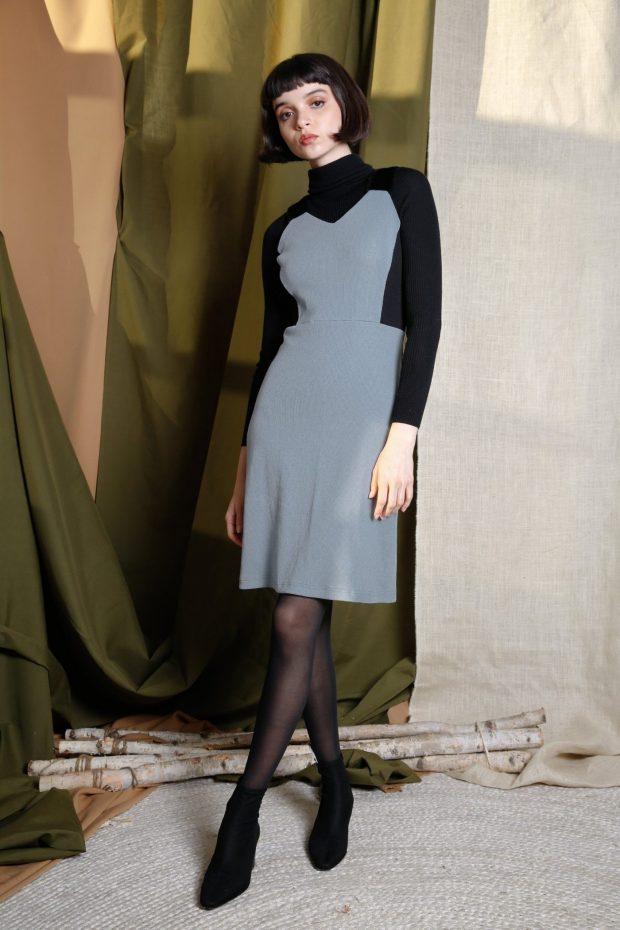 серое теплое платье для офиса с черными рукавами и горловиной модное