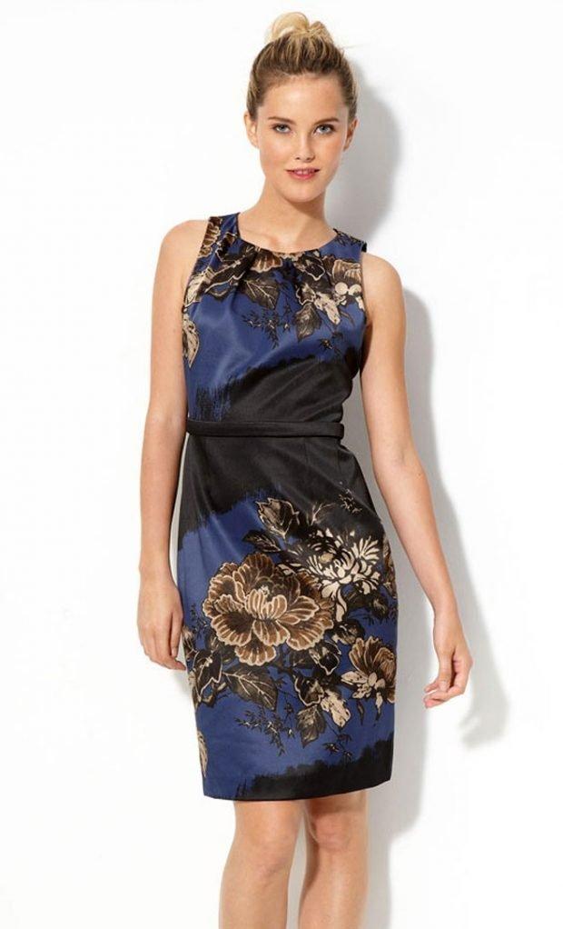 модное синее с принтом атласное офисное платье до колена