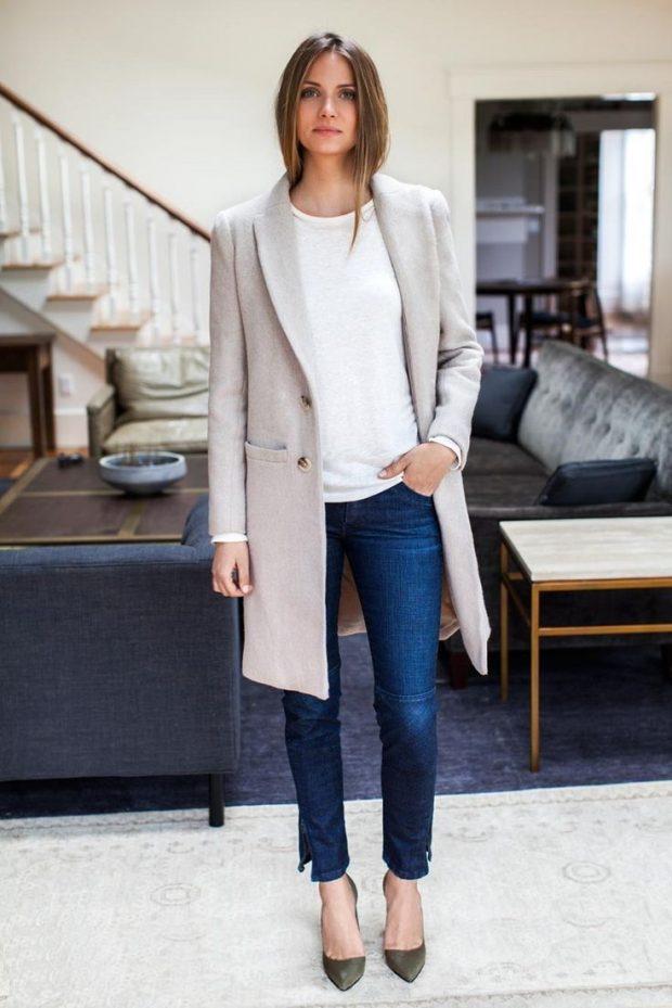 удлиненный серый пиджак и джинсы с чем носить