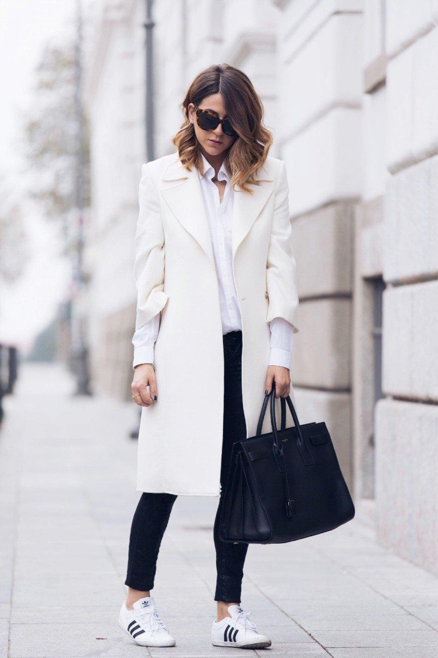 белое пальто и темные джинсы с чем носить