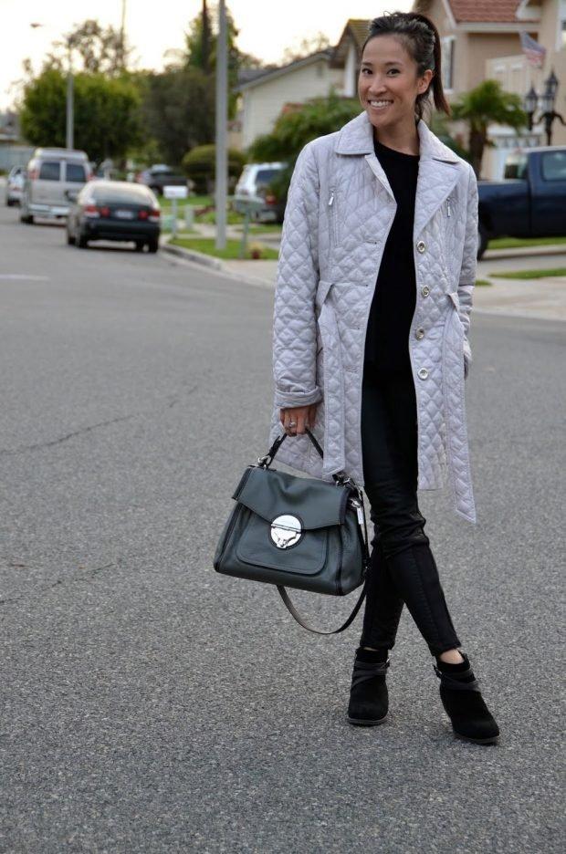 с чем носить джинсы: светлое стеганое пальто