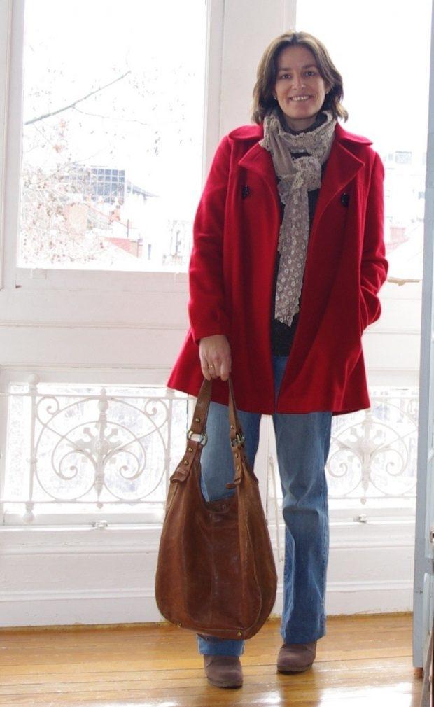 короткое бордовое пальто и джинсы с чем носить