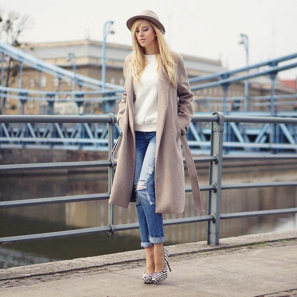 удлиненное бежевое пальто и джинсы с чем носить