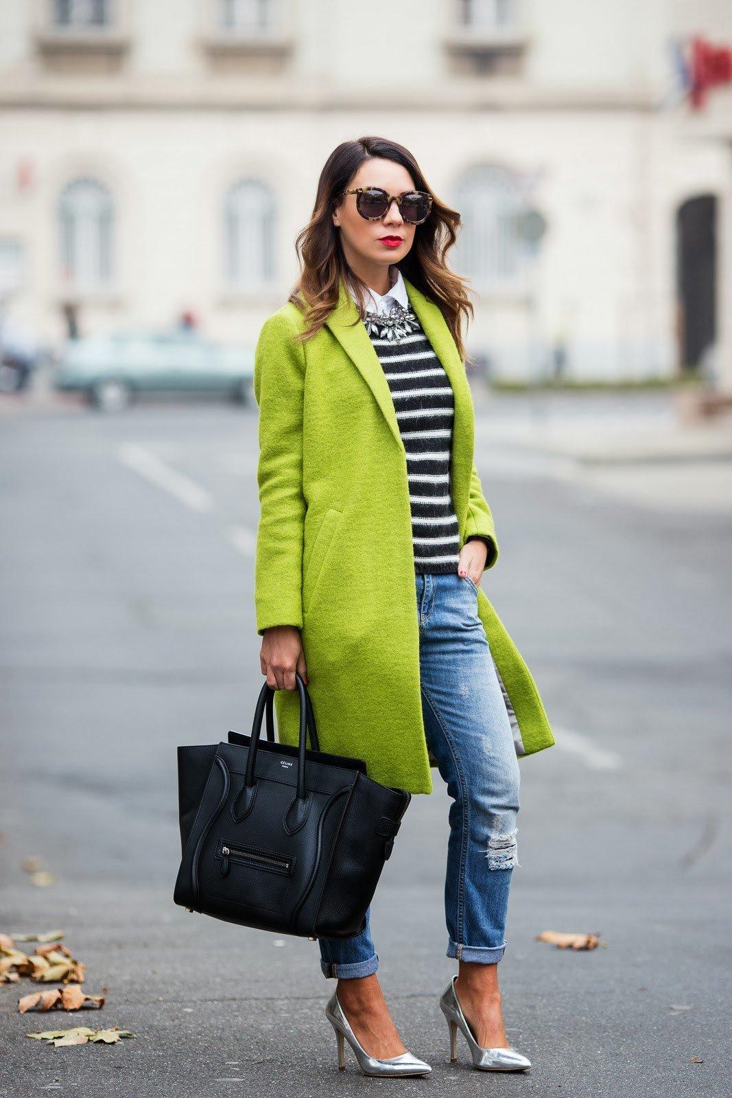 салатовое пальто и рваные джинсы с чем носить