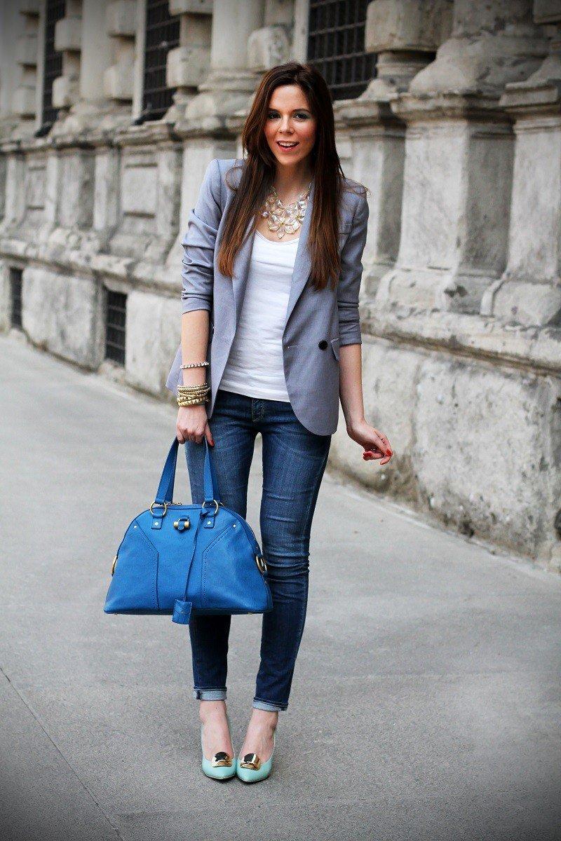 серый пиджак и джинсы с чем носить