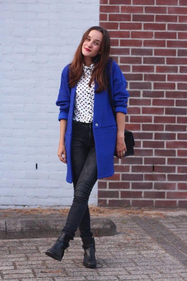 синее пальто и темные джинсы с чем носить