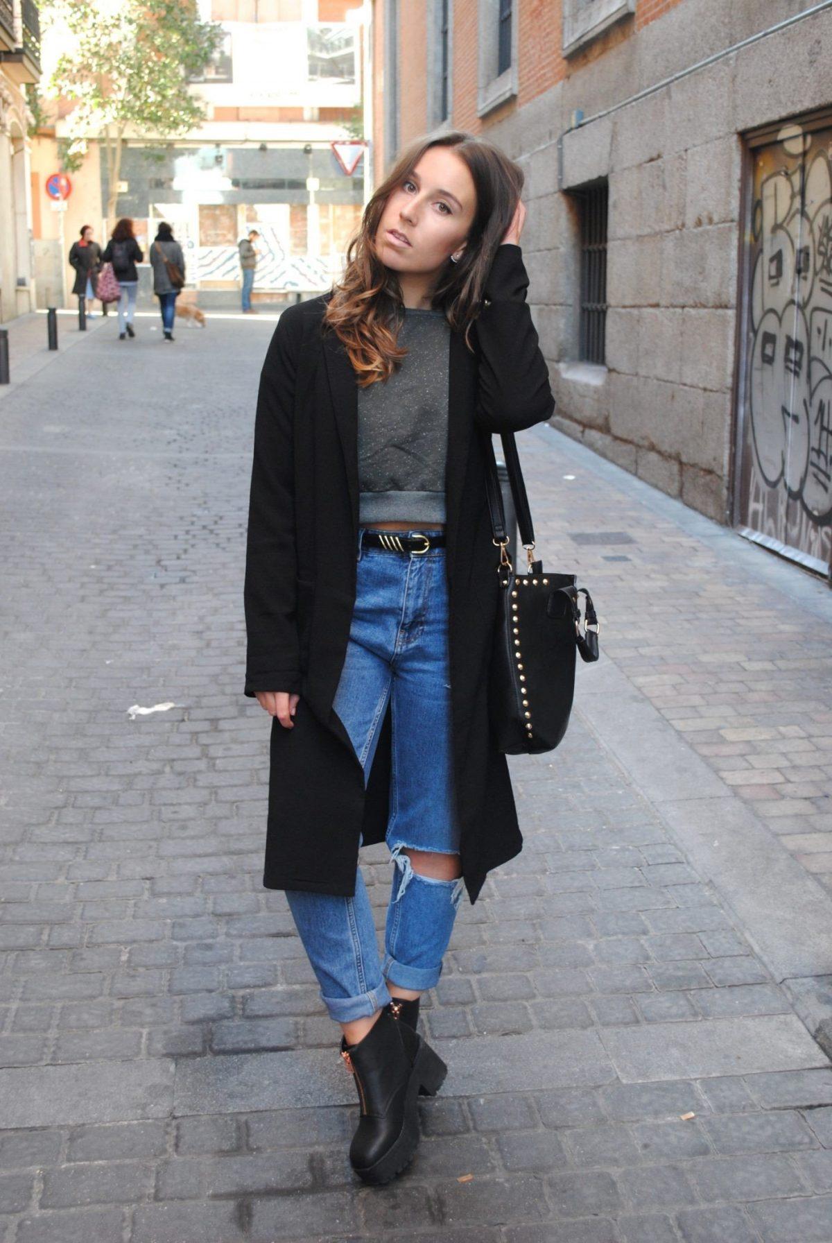 черное пальто и прямые джинсы с разрезами с чем носить