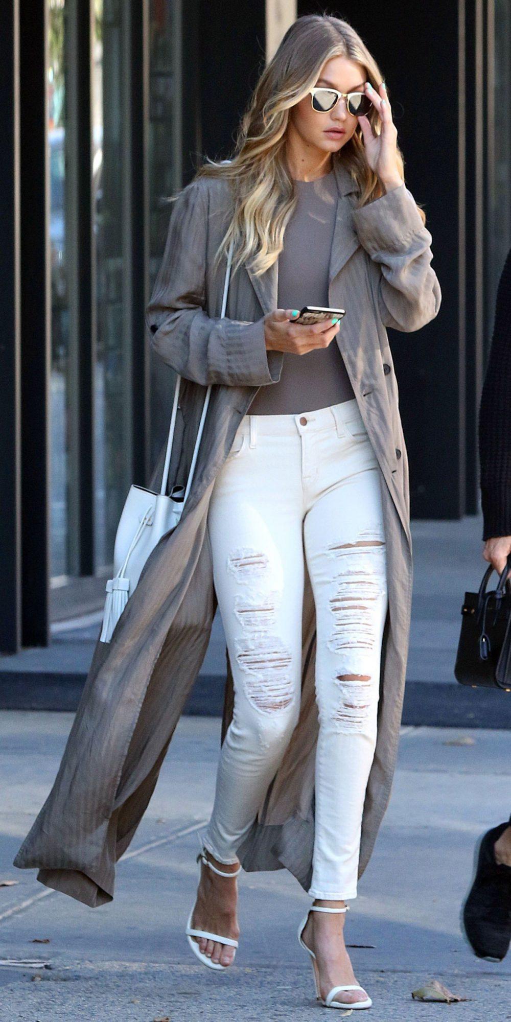 длинное серое пальто и белые рваные джинсы с чем носить